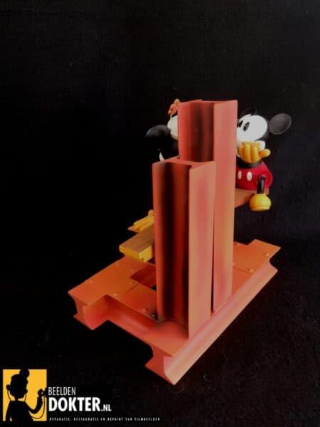 Mickey op de bouwplaats na reparatie